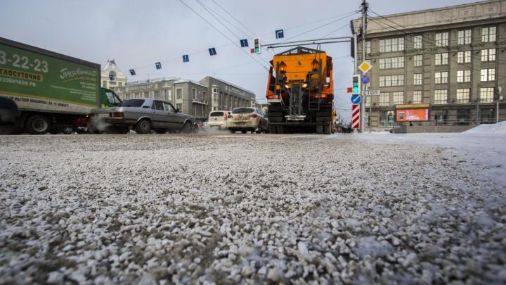 Зимой в Новосибирске испробуют новый способ борьбы с гололедом: реагент будут замачиватьв «рассоле»