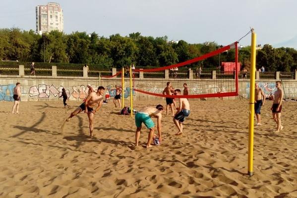 Туристы мерятся силами в футболе, волейболе и теннисе