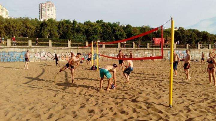 Болельщики из Колумбии сыграли в футбол на пляже в Самаре