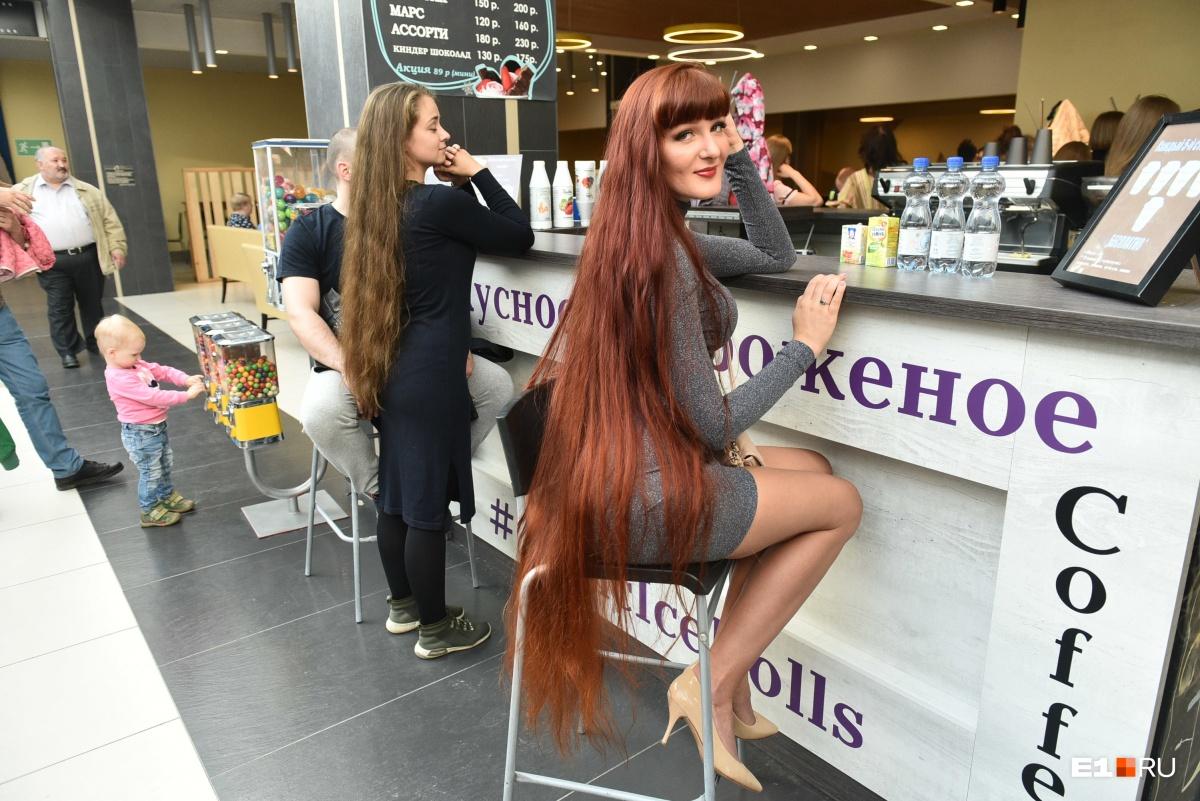 А вот обладательница, кажется, самых длинных волос на кастинге