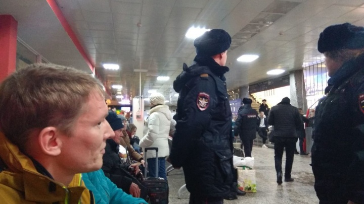 Полицейские на железнодорожном вокзале в Архангельскезадержали участника митинга 7 апреля