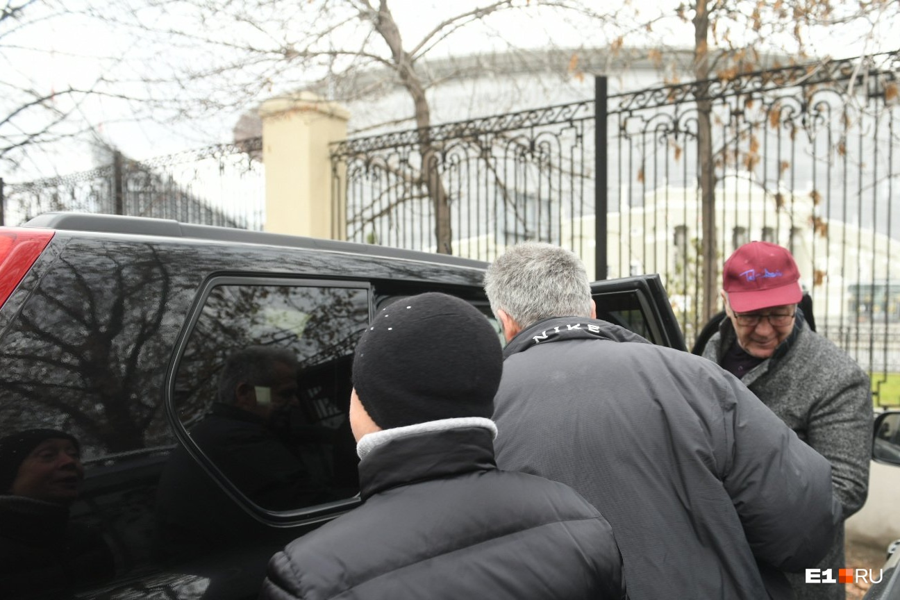Михаил Астахов с женой уехали на черномNissan X-Trail. С ними поехал и адвокат Юрий Морозов (в кепке)