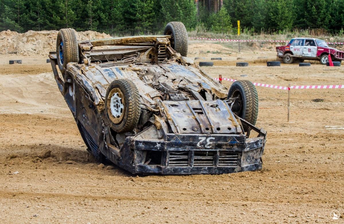В гонках на выживание перевернутая машина — обычное зрелище