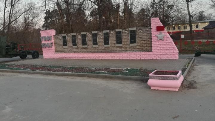 В Кулебаках мемориал Победы покрасили в розовый цвет. Чиновники говорят, что случайно