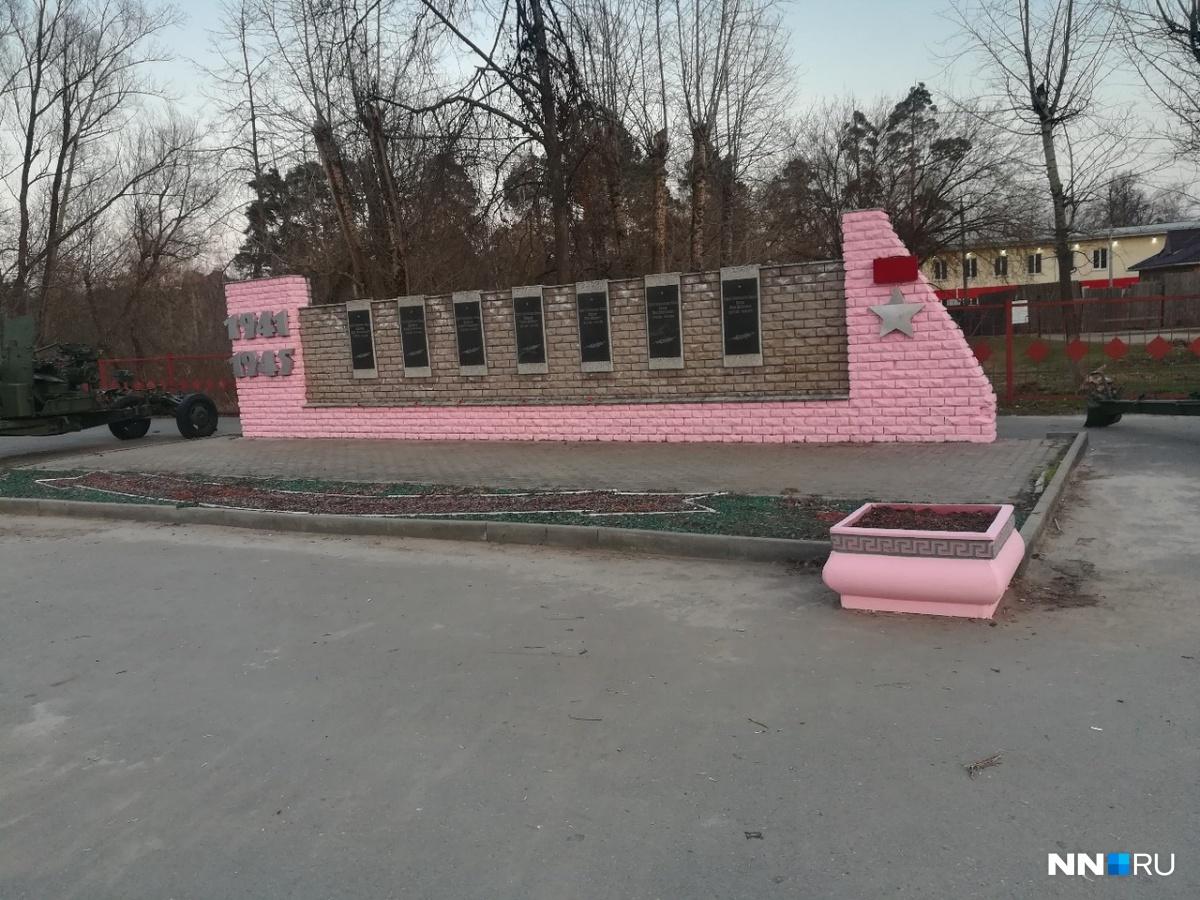 В администрации города сообщили, что памятник вообще не нуждался в покраске