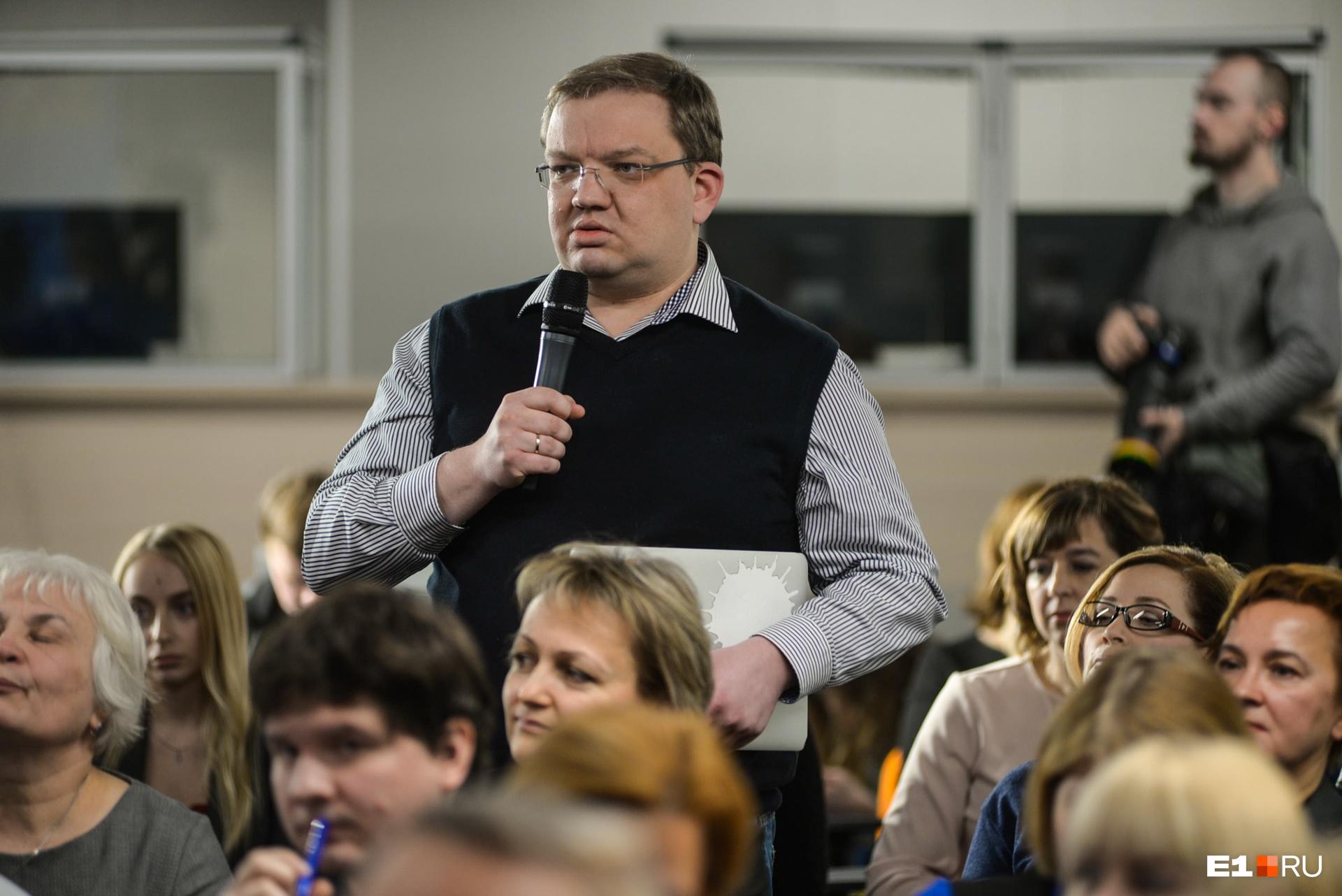 Пресс-конференция идет так долго, что у Сергея Панина сел ноутбук :)