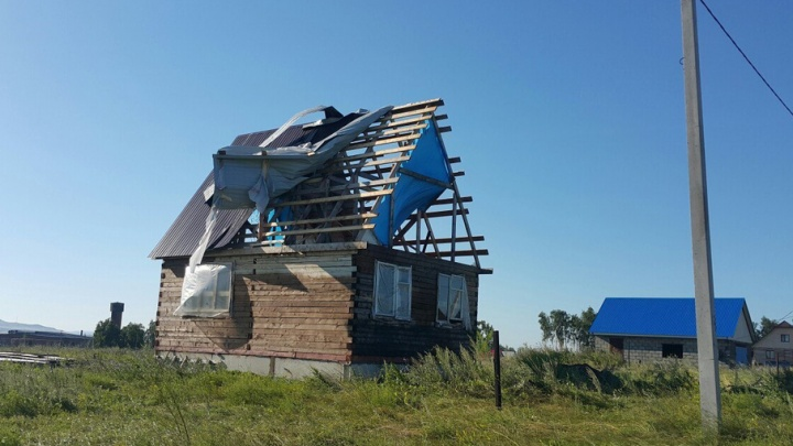 Мощный ураган в Башкирии: ветер срывал крыши с домов и с корнем вырывал деревья