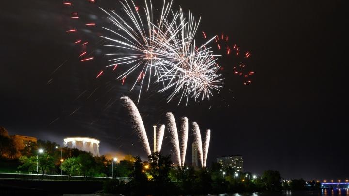 Волгоградский фотограф снял с высоты фейерверк ко Дню Победы у музея-панорамы
