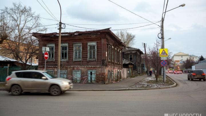 Ветхую усадьбу у «Локомотива» начали готовить под снос: защищать дом вышли активисты с полицией