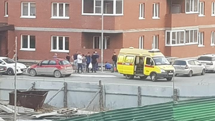 Из окна 17-этажного дома на улице Бориса Житкова выпал мужчина