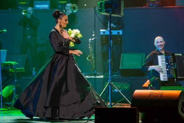 Елена Ваенга — одна из самых любимых публикой и искренних исполнительниц. Многие песни она сочиняет сама. Первую написала а девять лет и назвала «Голуби». В Перми её концерт состоится 19 октября в ДК имени Солдатова