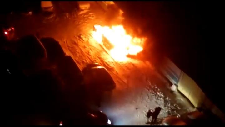 Автомобиль сгорел во дворе жилого дома в Кировском районе