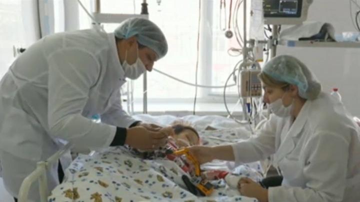 Клиники отказываются принять тюменского мальчика, который проглотил воздушный шарик и впал в кому