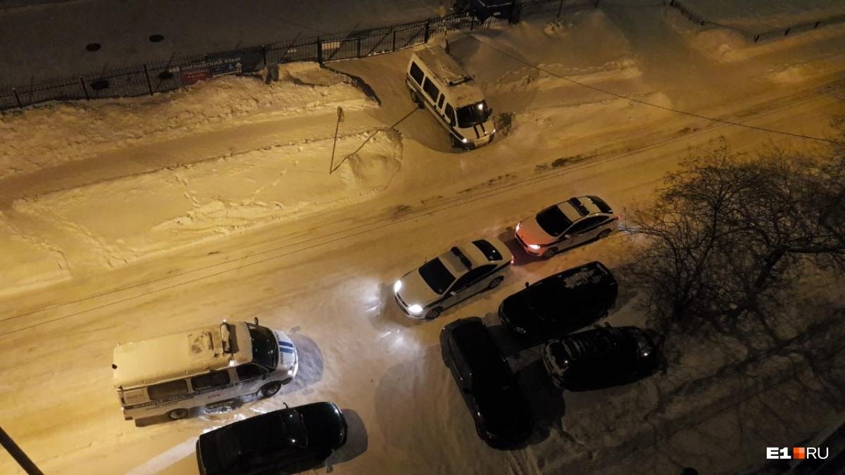 Несколько нарядов полиции ночью приехали к дому на Надеждинской