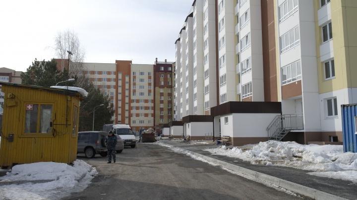 С новосельем: жители «пизанской башни» на Домостроителей начали получать новые квартиры