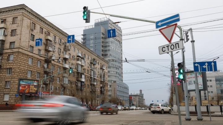 «Хотели, как лучше. А получилось?»: на опасном перекрестке в центре Волгограда выстроилась пробка