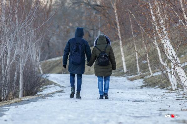 Глядя на прогуливающуюся семейную пару и не подумать, что у нее роман на стороне