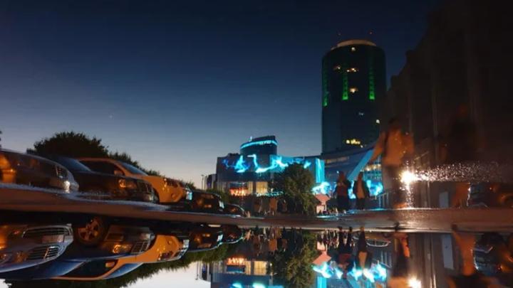 Лучшим фото июня читатели E1.RU выбрали снимок лазерной инсталляции на фасаде Ельцин-центра