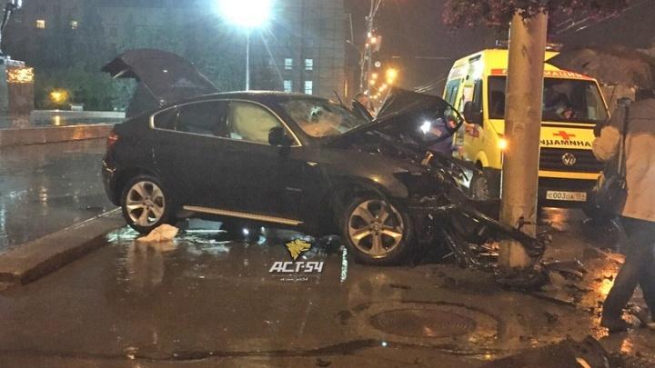 На площади Ленина BMW врезался в столб: автомобиль занесло на мокрой дороге
