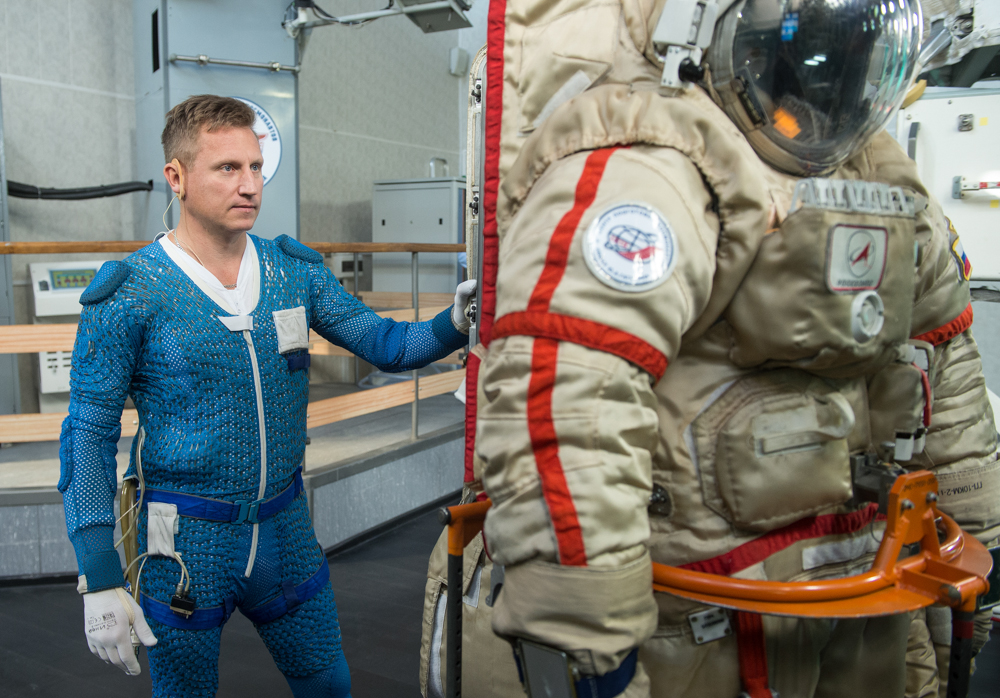 В сентябре прошлого года Сергей провел тренировки в скафандре «Орлан-МКС» по шлюзованию из российского сегмента МКС