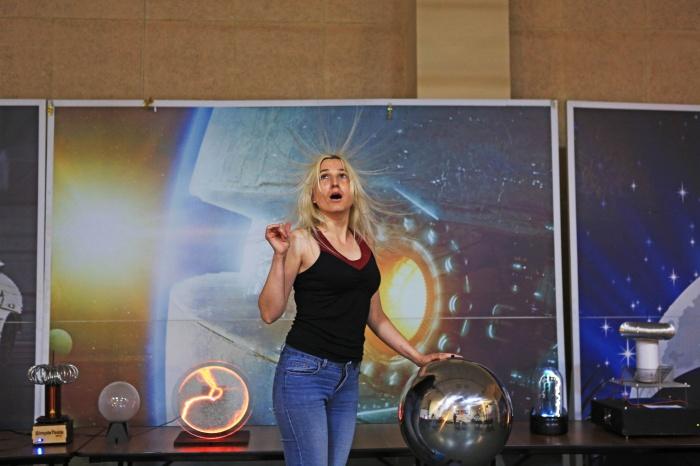 Посетительница «Шоу молний» в планетарии Новосибирска «попала под напряжение» в 600 тысяч вольт