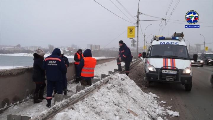 Спасатели сняли с края Димитровского моста женщину