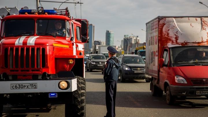 Видео: пожарный автомобиль с мигалкой устроил проверку новосибирским водителям