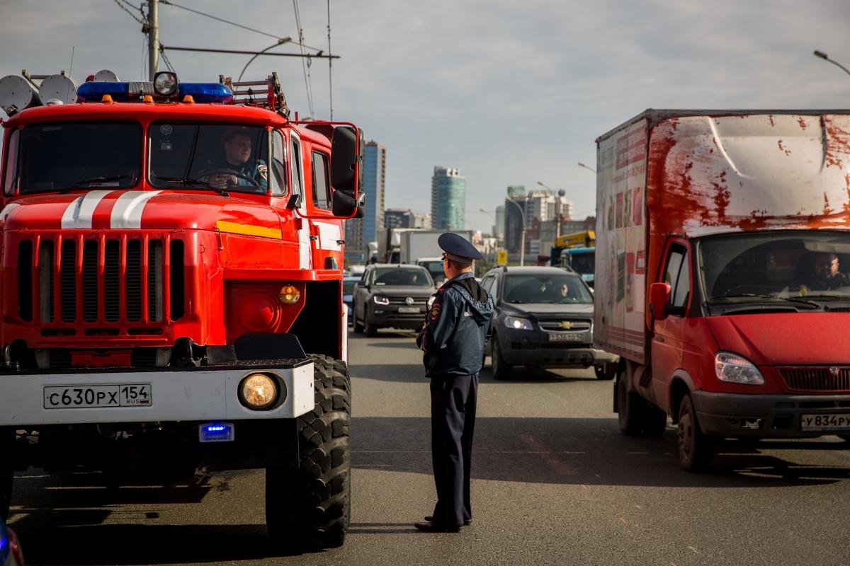 Сотрудники ГИБДД и МЧС наблюдали, как водители пропускают спецтехнику