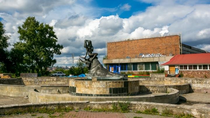 На Предмостной площади начались работы: переделывают брусчатку и фонтан«Похищение Европы»