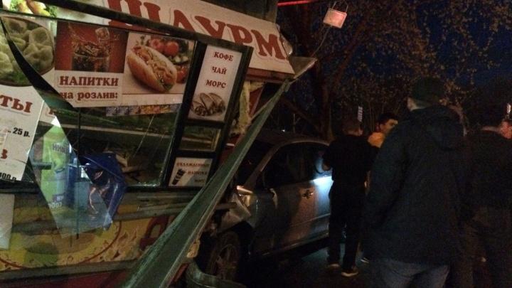 «Тойота» взяла на таран киоск с шаурмой на остановке в Кировском районе