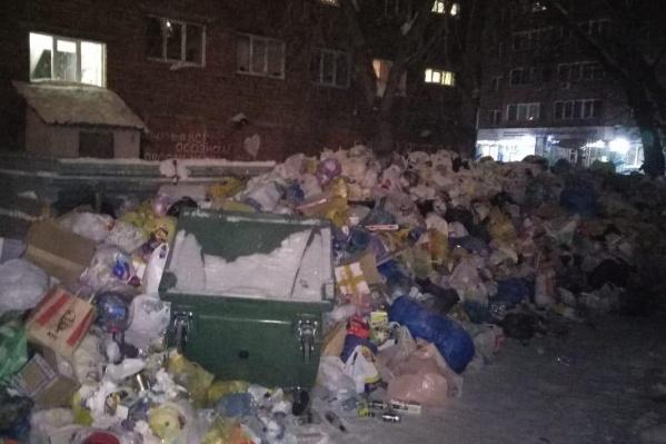 Сегодня утром контейнерная площадка между общежитиями была завалена мусором