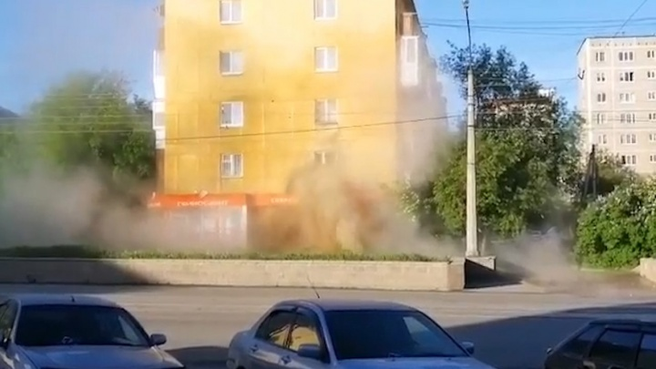 Тепленькая пошла! Коммунальный фонтан на Уралмаше выбил окно в доме