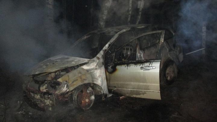 Горелое железо и расплавленные покрышки: ночью в Ярославской области сгорело два автомобиля