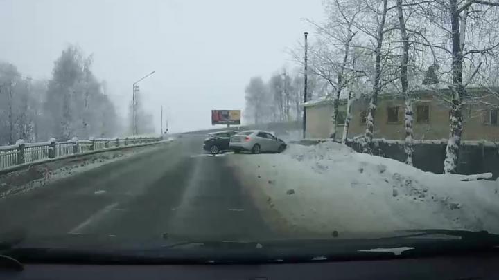 Съехал с моста на встречку: смотрим видео столкновения машин в Архангельске