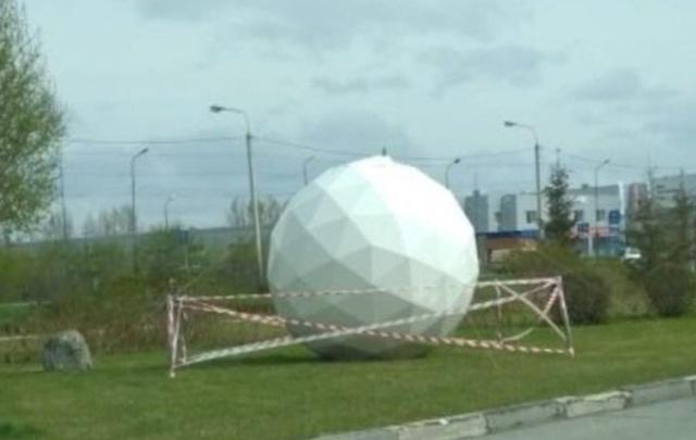 У «МЕГИ» появился огромный белый шар. Омичи гадают, что это