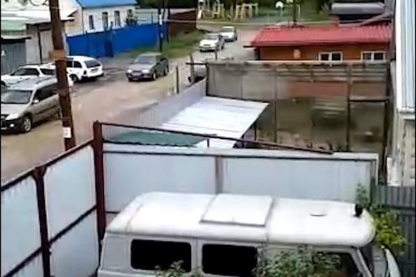 Поток машин разбил грунтовую дорогу