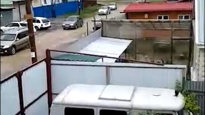 «Детскую площадку укатали»: сотни машин устроили объезд по дороге челябинского посёлка