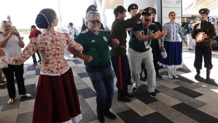 Мексиканский болельщик исполнил «Катюшу» в аэропорту Платов