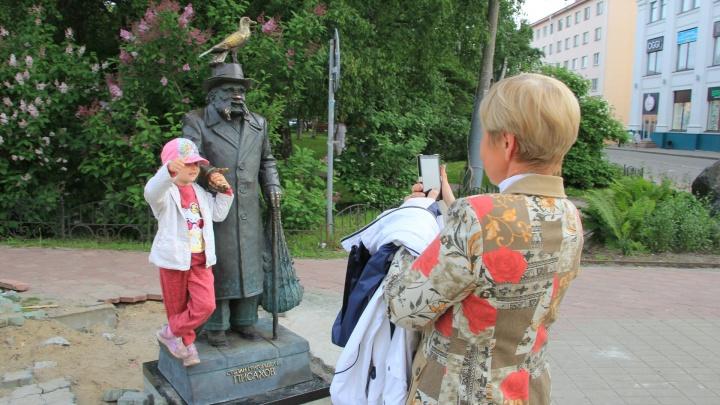 Стал выше: памятник Степану Писахову вернули на Чумбаровку обновленным