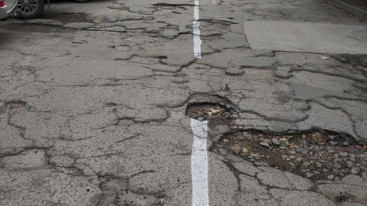 Дорожники нарисовали разметку поверх ям на проспекте в центре Новосибирска