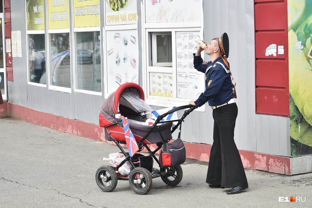 День ВМФ — это еще и семейный праздник, который можно отмечать с молоком