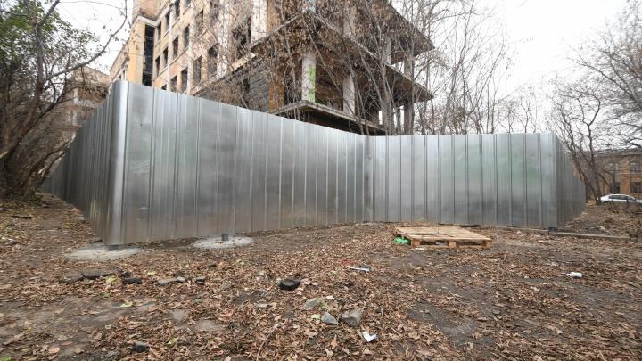 Заброшенное здание больницы в Зеленой Роще обнесли забором