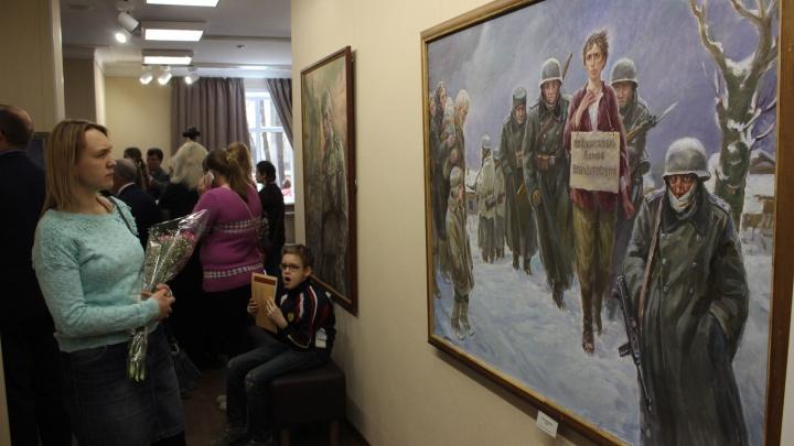 В стоквартирном доме показали изогнутую картину новосибирского художника