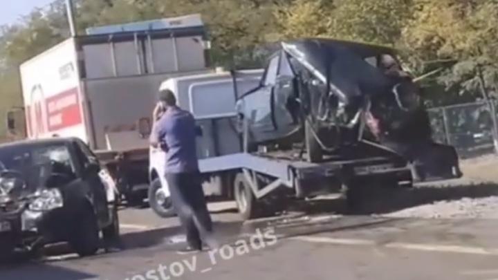 Два человека пострадали в столкновении легковушек и грузовика на трассе «Дон» в Аксайском районе