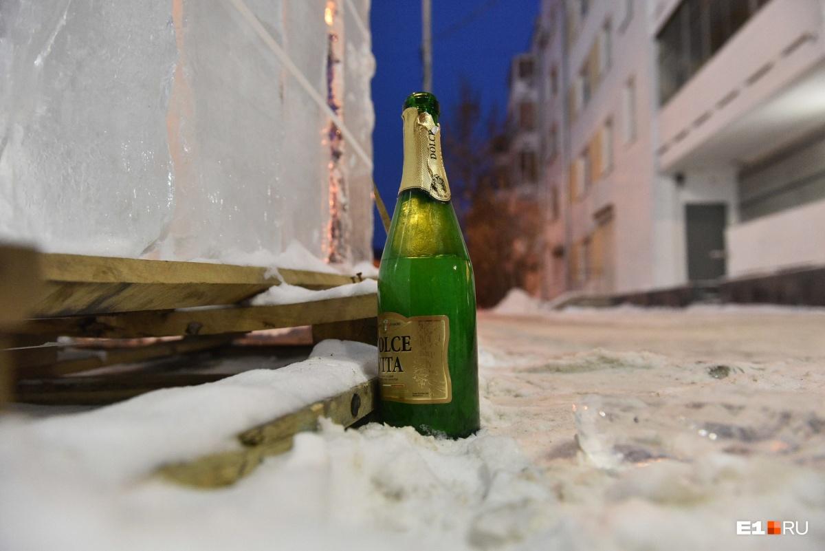 Кто-то не смог допить шампанское