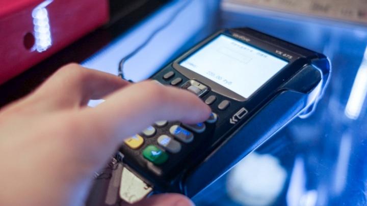 Если мало банкоматов: жители Прикамья смогут снимать наличные с карт на кассах магазинов