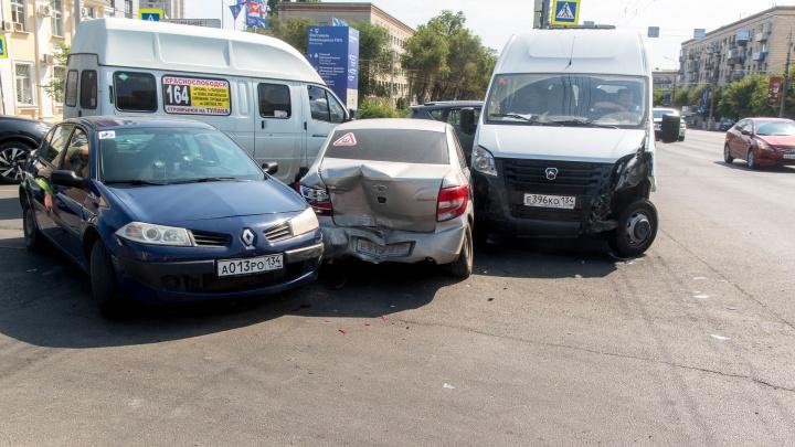Тройная авария с участием пассажирской «Газели» произошла в центре Волгограда
