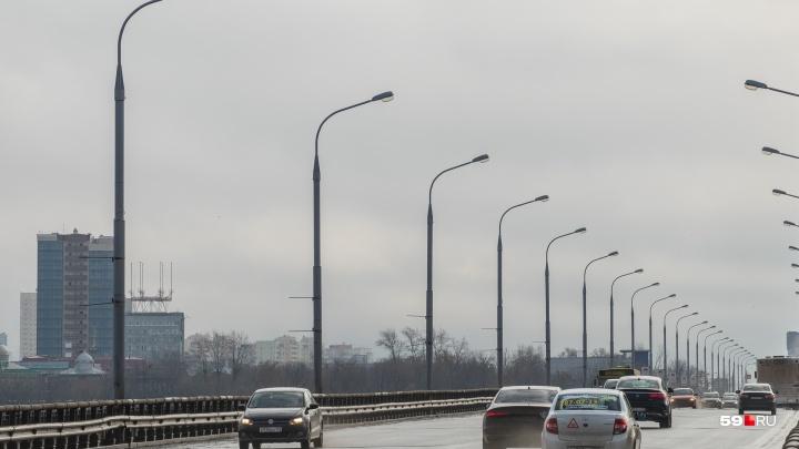 Будут закрывать по две полосы: в выходные в Перми ограничат движение по Коммунальному мосту