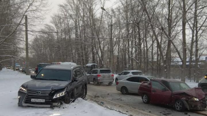 Омичка на внедорожнике устроила аварию с тремя автомобилями в Нефтяниках