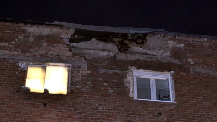 «Слышала звук падающих кирпичей»: жильцы омской хрущёвки показали, как она рассыпается на глазах